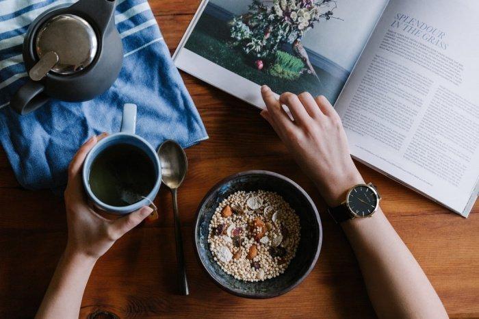 Во время еды не рекомендуется отвлекаться на телефон, телевизор или чтение. Ощущение сытости наступает спустя 20 минут