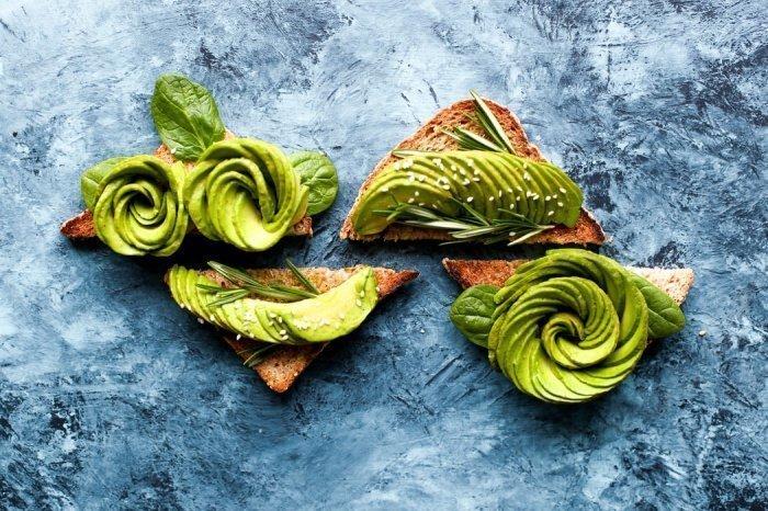 В половинке авокадо содержится 7 граммов клетчатки — это практически 30% от дневной нормы