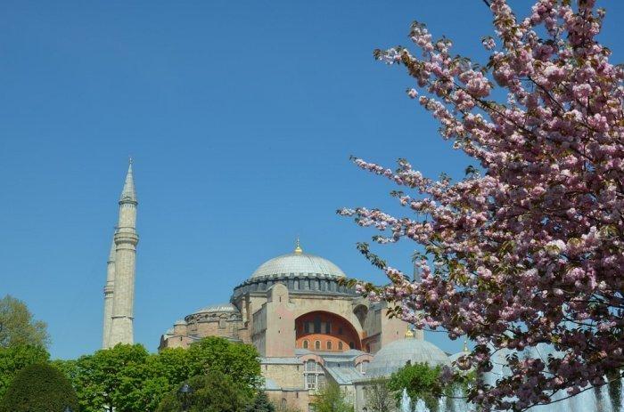 Президент Турции Реджеп Эрдоган заявил, что подписал указ о превращении собора в мечеть и начале там богослужений мусульман