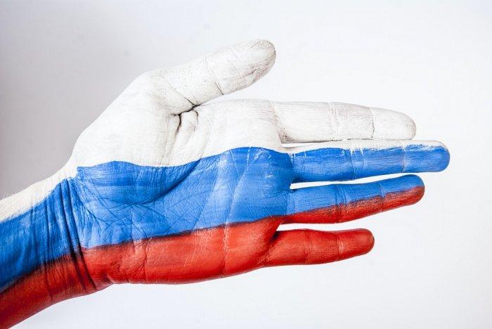Устанавливается возможность упрощенного приобретения российского гражданства без соблюдения условия о сроке проживания для любого иностранного гражданина, проживающего в России и имеющего дееспособных детей, достигших 18 лет и являющихся гражданами РФ