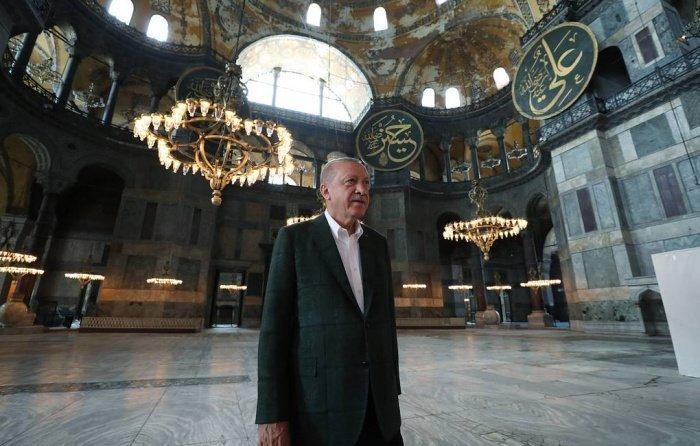 Власти Стамбула ранее ограничили доступ к проходу людей к собору Святой Софии из-за высокого скопления людей, желающих совершить намаз (Фото: EPA-EFE/TURKISH PRESIDENT OFFICE)