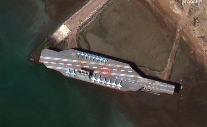 Спутниковое фото макета американского авианосца.