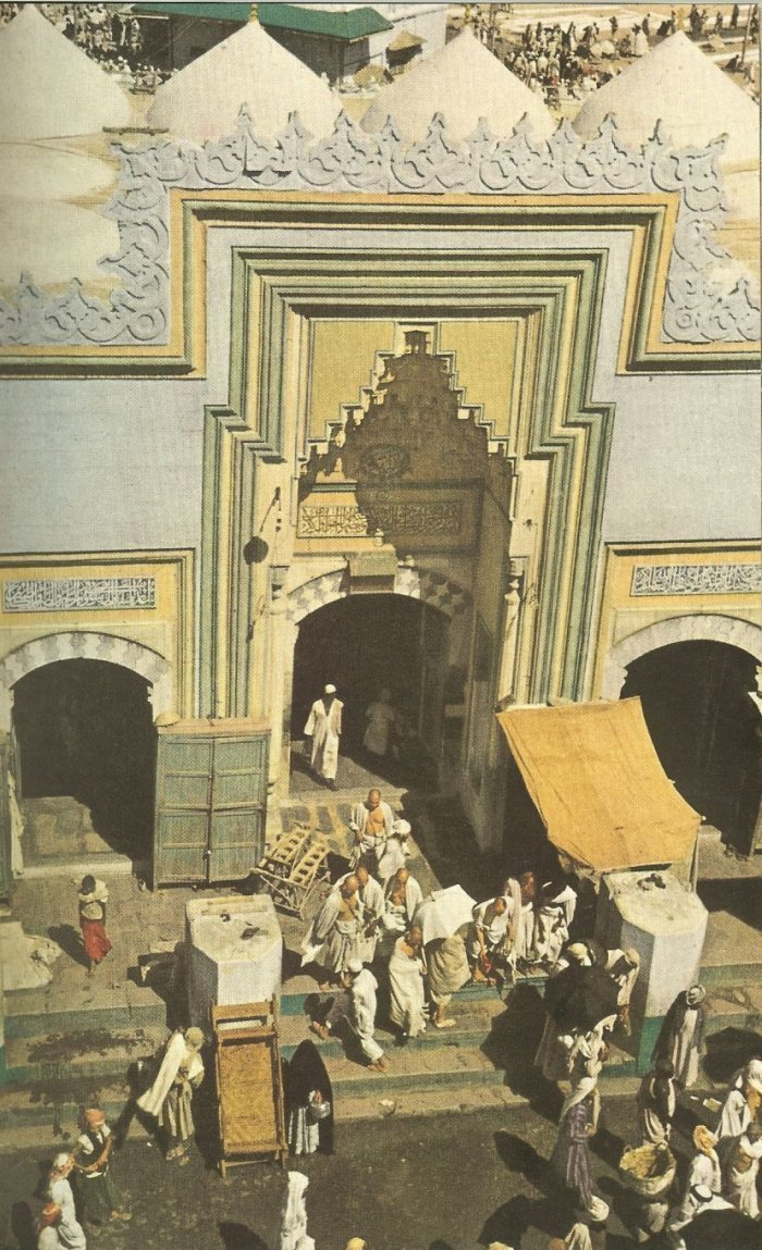 Один из входов в мечеть Аль-Харам.