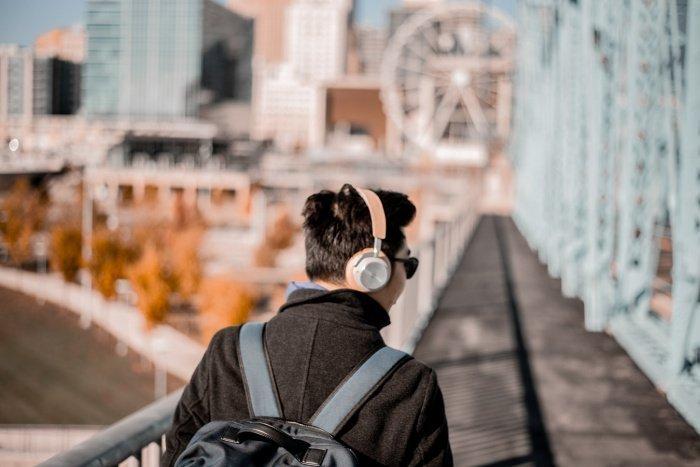 Звуки силой от 90 децибел и более уже действительно опасны. Уровень шума в наушниках на максимальной громкости составляет около 110–130 децибел