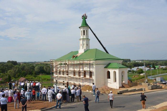 На минарет старейшей мечети Татарстана установили полумесяц (Фото)
