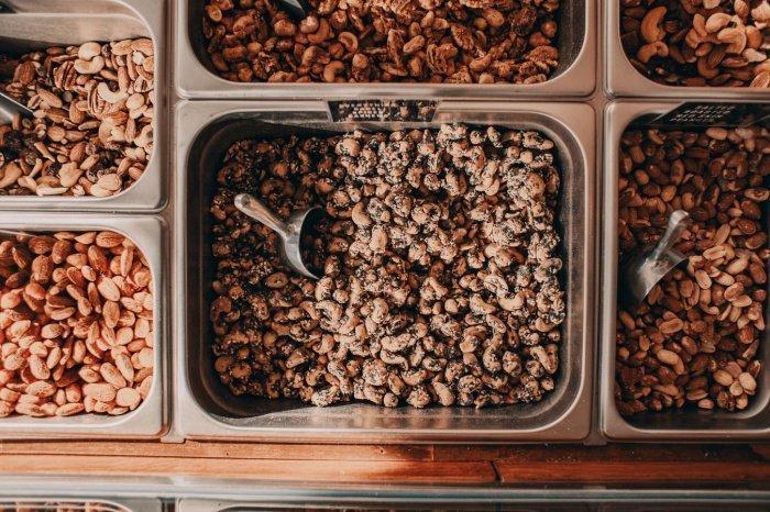 В перечень товаров, с которыми могут обмануться потребители, «Росконтроль» включил крабовые палочки, спаржу по-корейски, синтетическую икру, арахис, зефир в шоколаде и банан