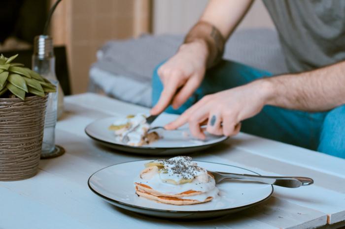Вполне допустимо съедать в течение дня одно яйцо, 12 граммов сливочного масла либо 80 граммов телячьей печени, но не больше