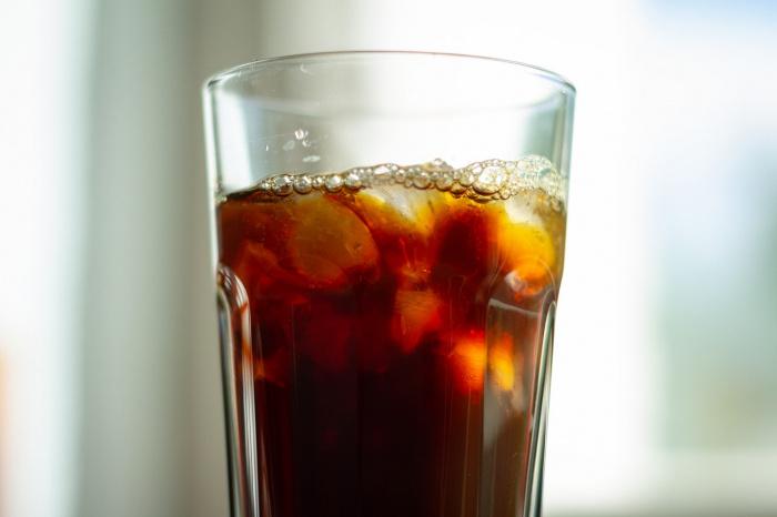 По словам медика, квасы, соки и газировки содержат много глюкозы и имеют высокий гликемический индекс