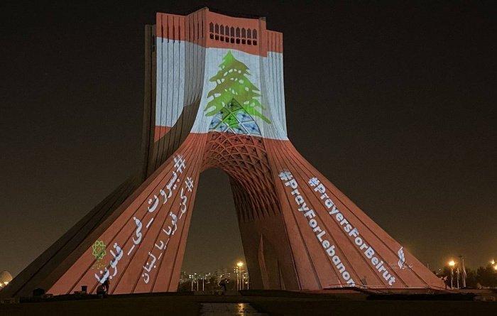 Башня Азади в цветах ливанского флага.