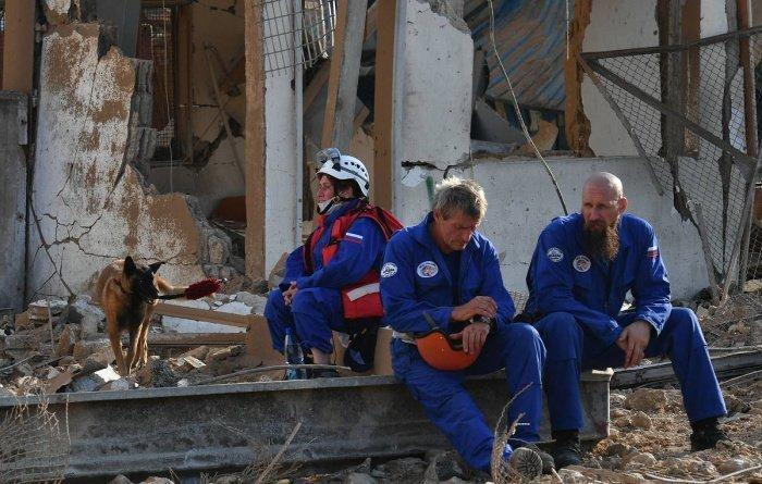 Российские спасатели работают на месте взрыва в Бейруте.