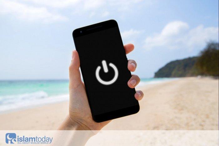 Телефон или одобрение Всевышнего - что выбираешь ты? (Источник фото: freepik.com)
