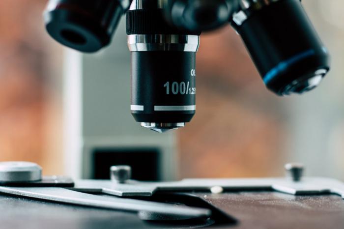 По словам ученого, частицы вируса не способны навредить организму, так как не являются живыми