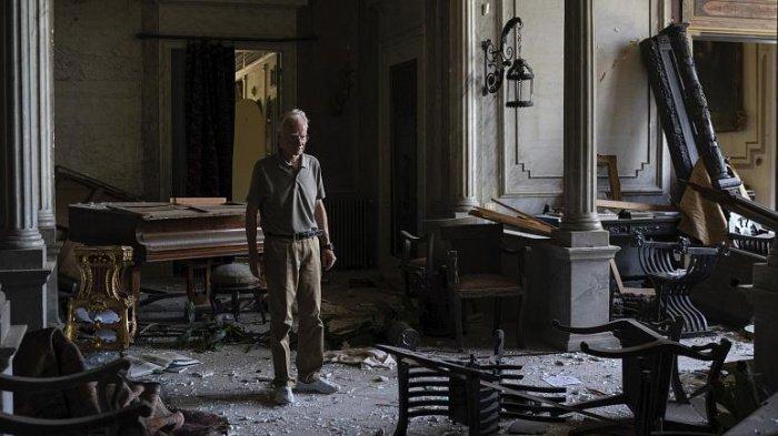 Родерик Сурсок в разрушенном здании дворца.