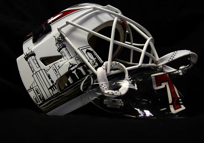 В затылочной части шлема располагается изображение Каабы в Мекке, сверху – шахада (Фото: @hcavangardomsk)