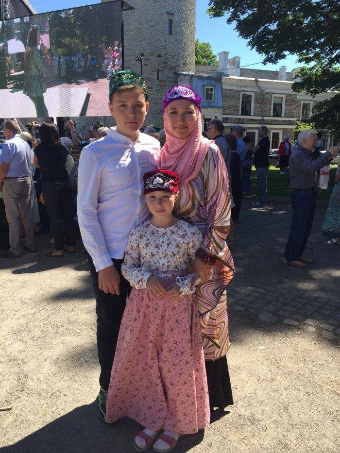 Иман ханум Махмутова с детьми