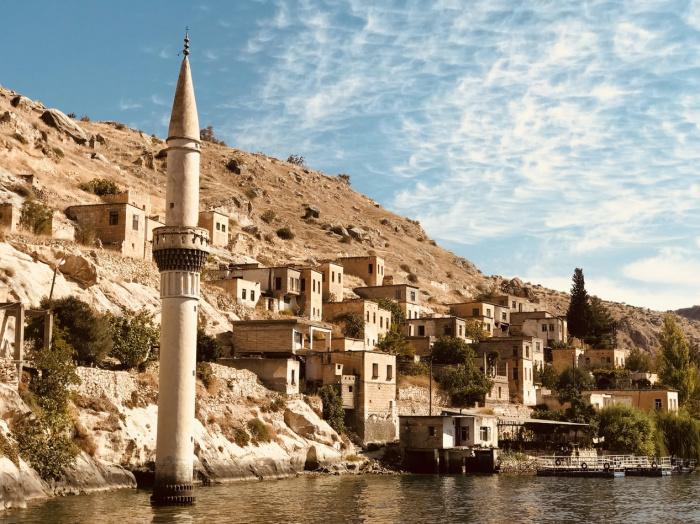 Законодательно значительная часть выставленных на реализацию в Турции предметов старины и этнографии может свободно продаваться внутри страны, но не подлежать вывозу за рубеж