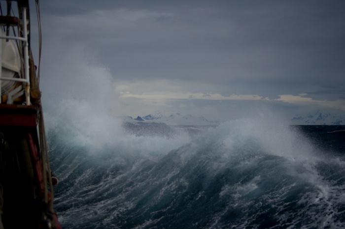 На мысах в районе Японского моря скорость ветра будет превышать 35 м/с, а ближе к Японии ветер будет достигать 50-60 м/с