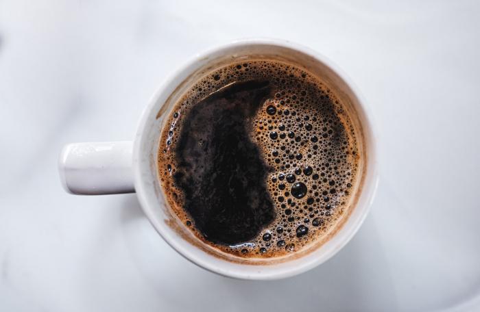 Если при растворении кофе в холодной воде на дне появляются осадки, это говорит о нарушении технологии производства или добавлении молотых добавок
