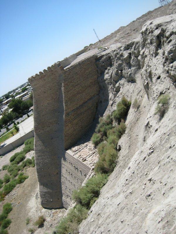 Арк Бухары. Разрушенная часть стены (из личного архива автора)