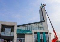 На первую мечеть в стиле хай-тек в Челнах установлен полумесяц