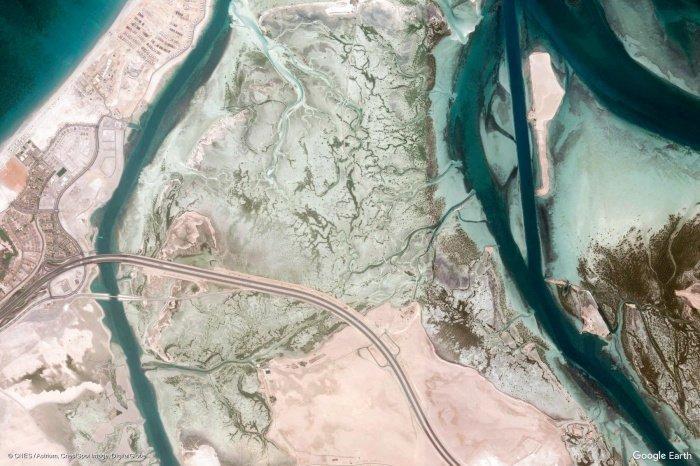 Шоссе шейха Халифы бен Зайда пересекает остров Саадият в Абу-Даби.