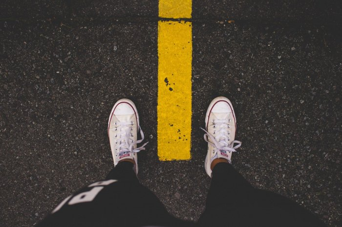Ноги надо держать в сухой обуви, она должна быть по сезону, не короткая и непромокаемая