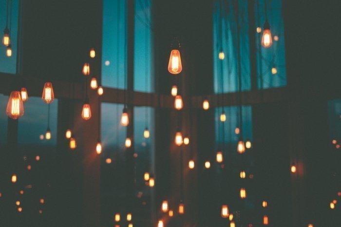 Можно создать праздничное настроение, если раньше времени повесить гирлянды и включить праздничные огоньки