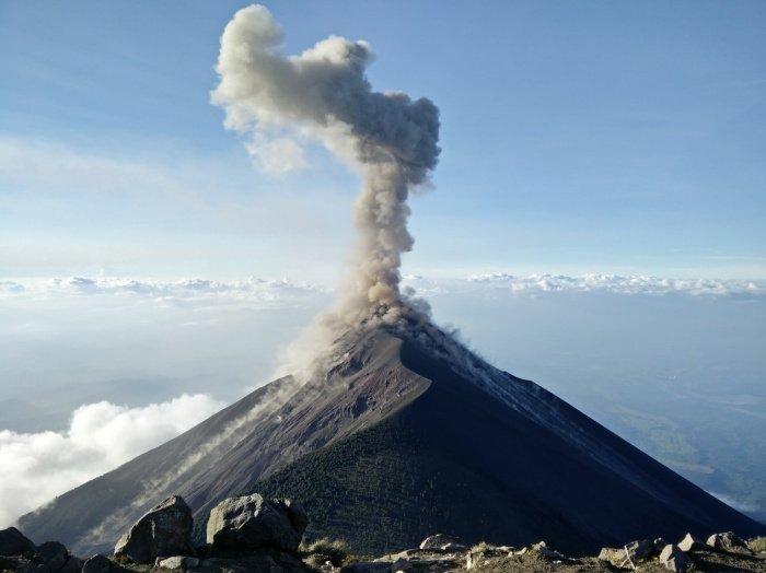 Пепел ускоряет преобразование вулканических газов в атмосфере Земли