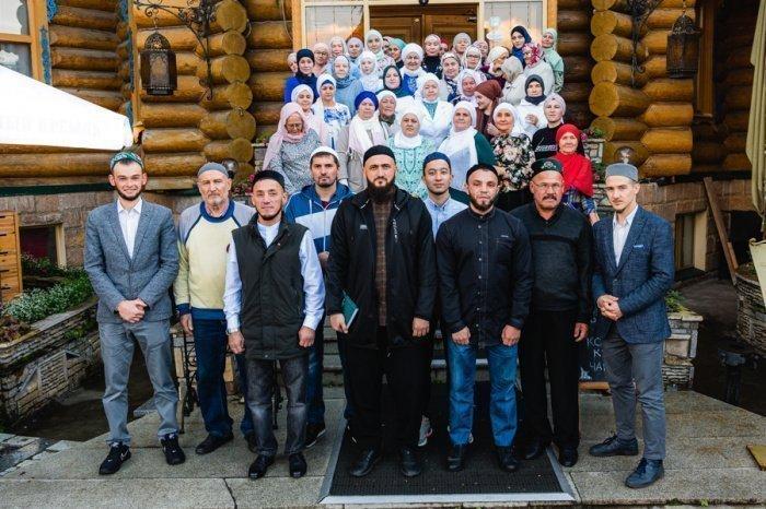 Камиль Самигуллин с выпускниками курсов.