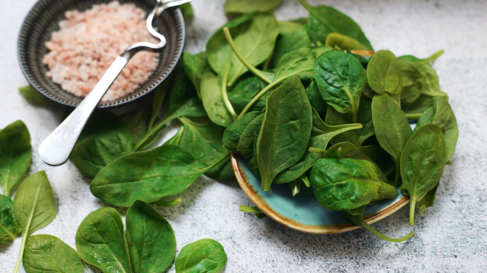 Для лучшего усвоения полезных веществ специалист рекомендует заправлять салаты небольшим количеством растительного масла