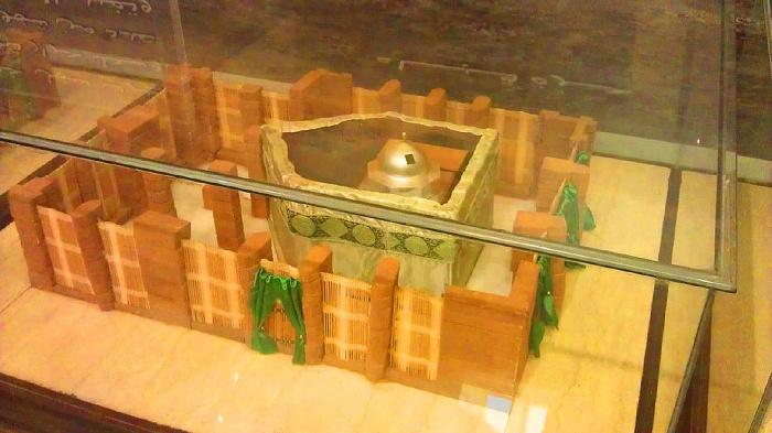 Внешняя стена и накидка на ней. Экспонат музея Дар аль-Мадина