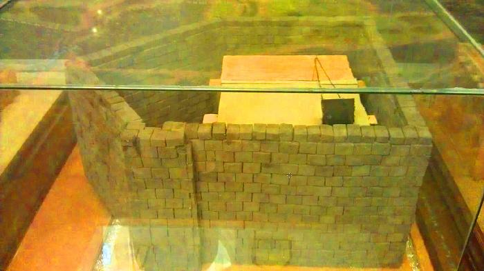Пятиугольная стена, возведенная Умаром ибн Абдуль Азизом. Экспонат музея Дар аль-Мадина