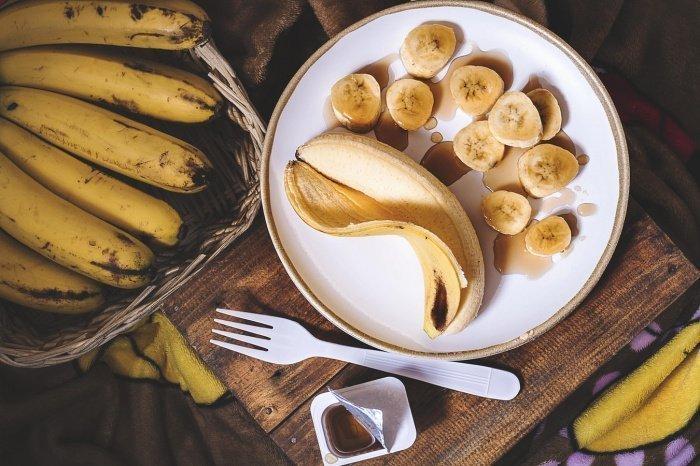 Без вреда для организма люди с малоподвижным образом жизни и избыточной массой тела могут позволить себе один банан в день 2-3 раза в неделю, а спортсмены — 2-3 фрукта в день