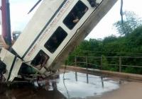 Не менее 15 человек погибли в Нигерии при падении автобуса в реку