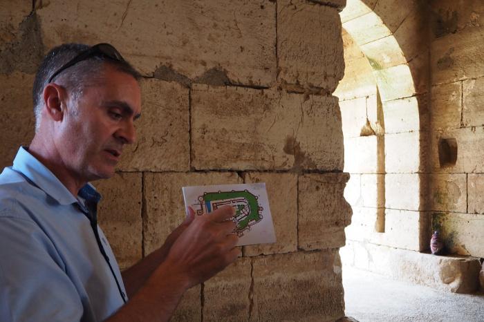 Хазем хунно, инженер-строитель и руководитель отдела архитектуры замка, объясняет некоторые архитектурные особенности