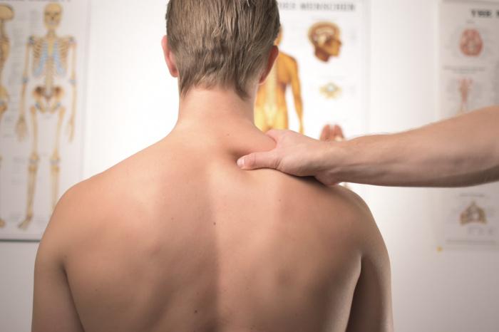 Боль при этом может начаться в зоне живота и потом распространиться на спину человека