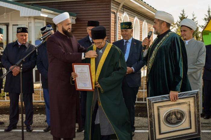 Муфтий РТ принял участие в открытии мечети после капремонта.