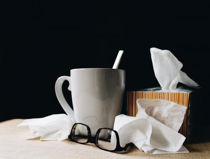 У простудившегося сипнет голос, болит горло, он страдает от головных болей, появляется тошнота и кашель, могут увеличиться лимфоузлы