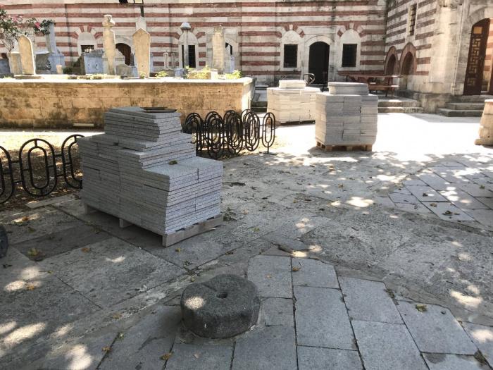 Остатки благотворительного камня заложены во дворе мечети Зал Махмуд паша.