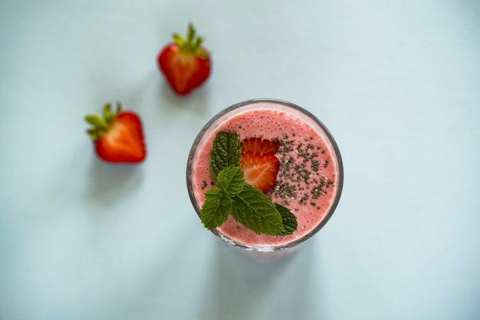 В смузи, говорит медик, содержится много сахара. Вместо этого Мясников советует принимать в пищу цельные овощи и фрукты