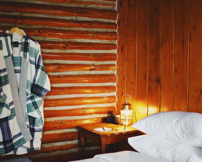 Инфракрасные потолочные обогреватели нагревают голову человека, и мозг посылает в тело сигнал, что уже тепло, хотя в действительности в помещении холодно, человек может простудиться