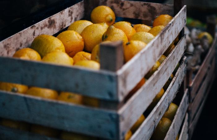 Граждане также активно скупают продукты для укрепления иммунитета: имбирь, чеснок и лимоны