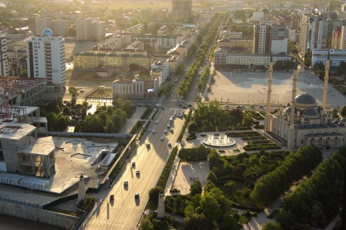 Глава региона добавил, что именно с Грозного, лежащего в развалинах, стартовало возрождение всей чеченской земли