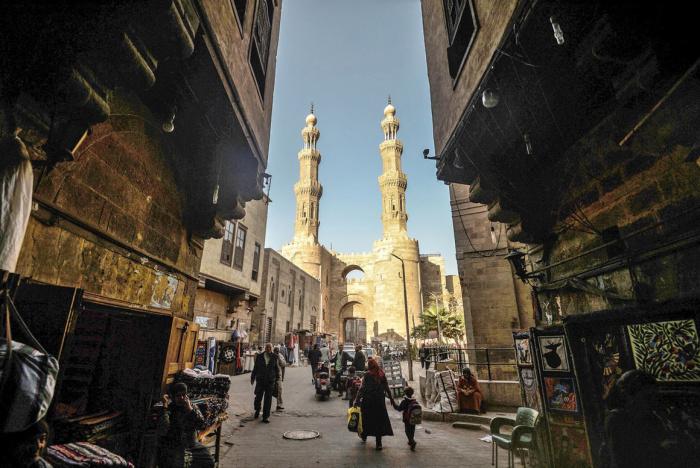 Старый Каир более известен своими высокими мечетями и мавзолеями с минаретами