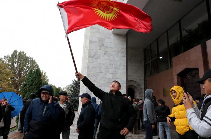 """По словам президента Киргизии, он остановил соотечественников, """"которые собирались протестовать"""", и теперь первая задача — обеспечение общественного порядка и мира в республике (Фото: ТАСС)"""