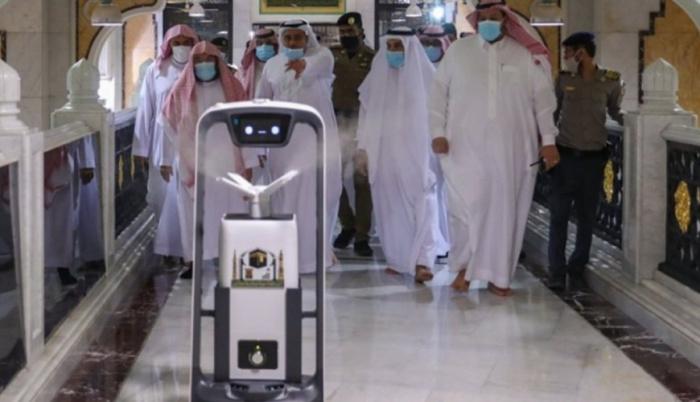 Роботы в Запретной мечети, или как в Мекке защищаются от коронавируса (ФОТО)