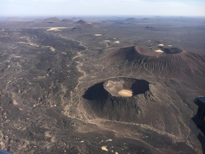 Вулканические конусы и потоки лавы сделаны из базальта.