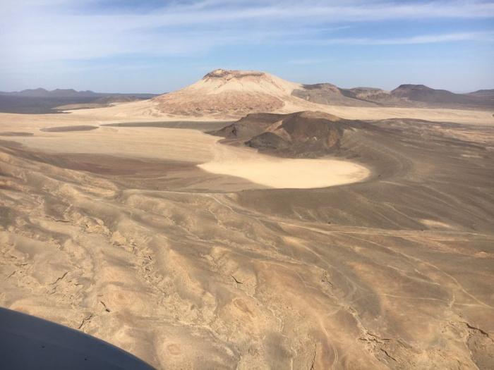 Вулканические формы рельефа медленно разрушаются с течением времени под воздействием ветра и дождя
