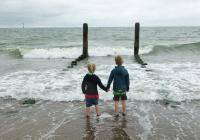 Роспотребнадзор рекомендует отменить отдых с детьми на юге