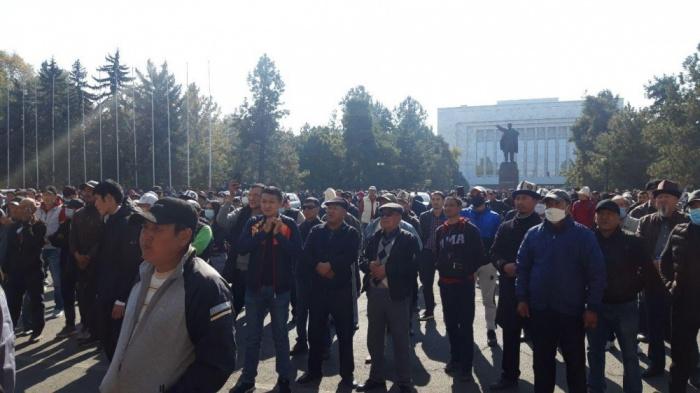 Участие в митинге принимают порядка сотни человек.
